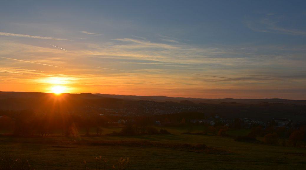 Sonnenuntergang über dem noch grünen Erzgebirge